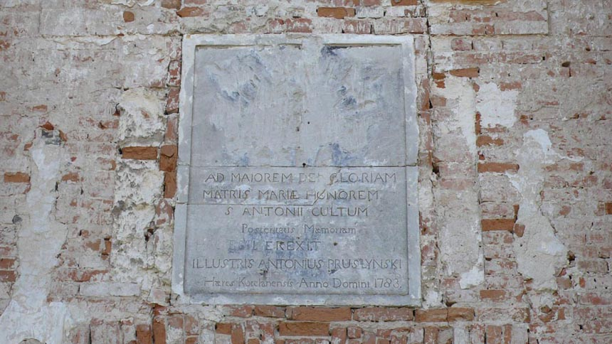 Пам'ятна табличка меценату, що будував  костел