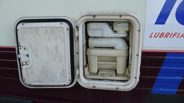 Будова туалету в автобудинку. Доступ з лівого борту кемпера